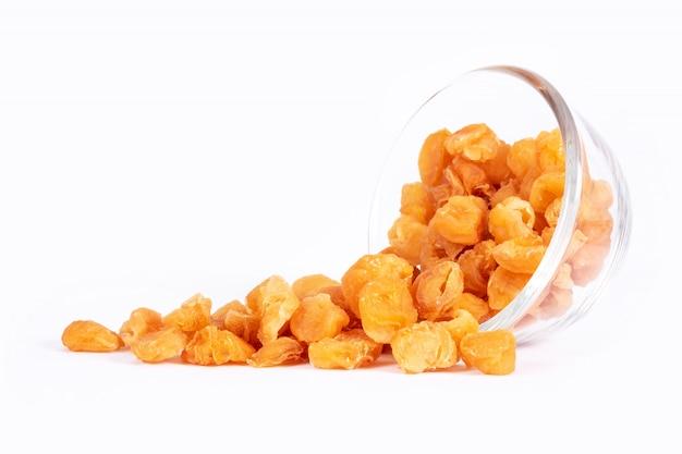 分離されたガラスのボウルに黄金の乾燥リュウガン果実