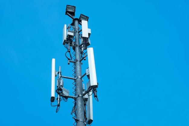 Башня антенны связи с голубым небом, технология телекоммуникаций