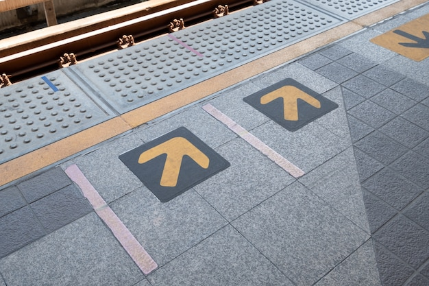 Знак стрелки на станции электропоезда