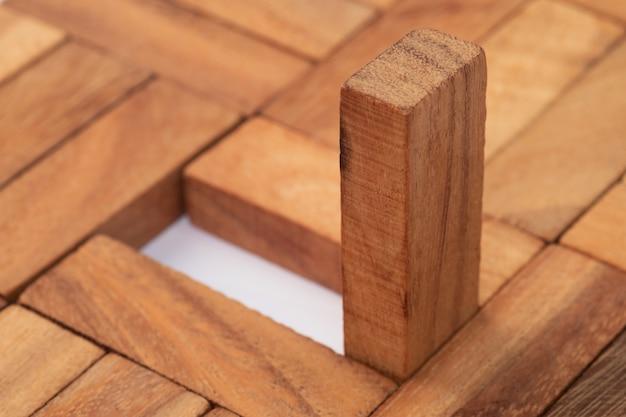 抽象的な木製ブロック。リーダーシップ、チームワーク、そして異なるシンボル。ビジネスとデザインのコンセプト。