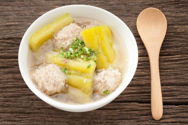 Суп из горькой дыни в бульоне спаериб с дорожкой