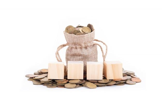 お金の袋に空の木製ブロック