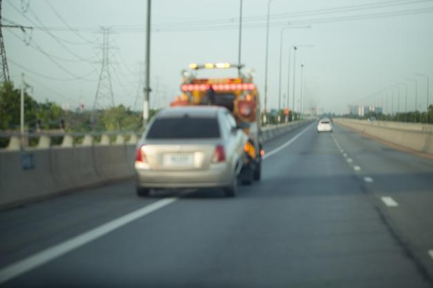 高速道路のトレーラーを牽引する。