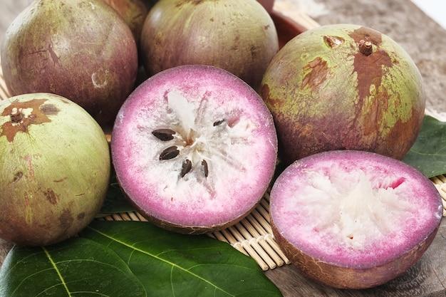 熟した紫色のリンゴの果実。