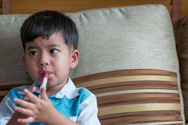 子供はシリンジでシロップの薬を食べる、食物アレルギーの薬