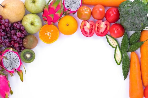 Здоровая концепция. различные фрукты и овощи на белом фоне.