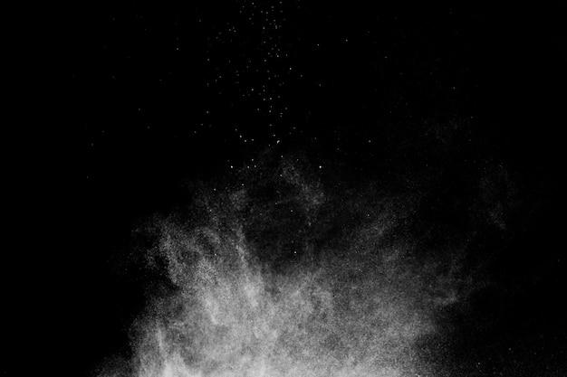 メイクアップアーティストや黒の背景でグラフィックデザインのための白い粉効果スプラッシュ