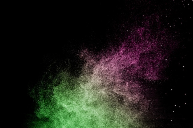 Зеленый и розовый порошок эффект всплеск для визажиста или графического дизайна в черном фоне