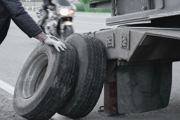特大貨物のトラックが道路に残します。バーストホイール