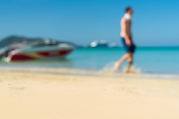 アンダマン海幸せな晴れた日にビーチでリラックス。