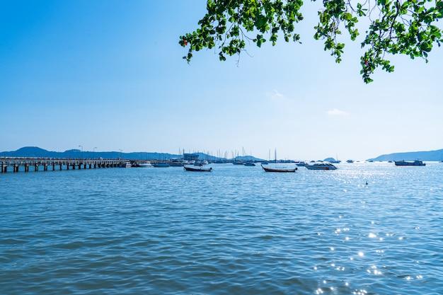 Красивый морской пейзаж, вид на пирс рыбацкая лодка пришвартовалась у берега.