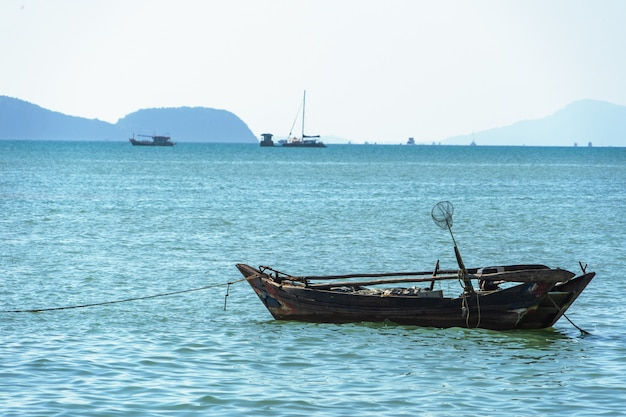 美しい海の景色、桟橋の眺め漁船は海岸近くに係留されています。