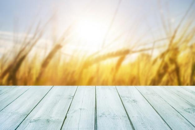 背景にぼやけ穀物と空の青い木製テーブル
