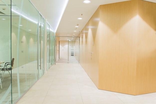 ガラスの壁のある現代的な明るいオフィスのインテリア