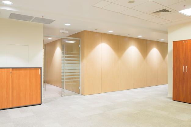 モダンな明るいオフィスの廊下