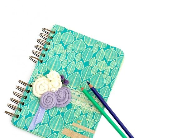 ノートブックと白い背景の上のペン