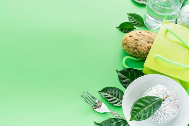 Набор экологически чистых продуктов, свежий хлеб, вода, стекло, яблоко, листья посуды.