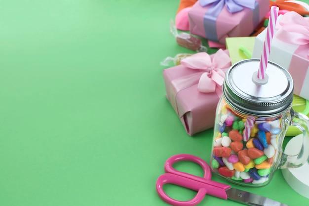 Праздничная композиция набор подарочных коробок с шариками конфеты коктейльных материалов.
