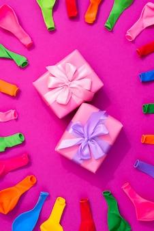 ピンクの背景に色の風船のセット