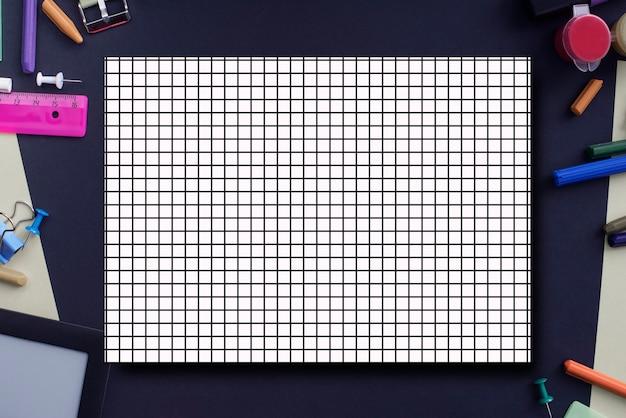コピースペースで学校に戻るバナーの背景。黒の背景に文房具鉛筆ペン定規ノート