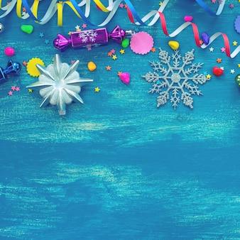 お祝いの明るい青いクリスマス背景