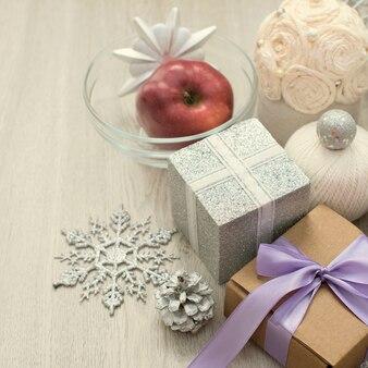 装飾的な組成物は、クリスマスの贈り物を包んだ。