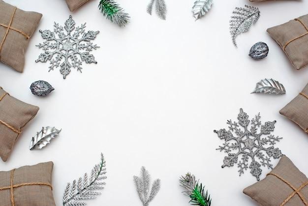 白い背景の上の装飾的なクリスマスフレーム構成。