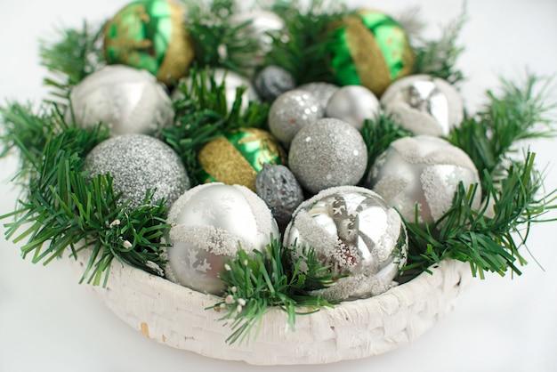 お祝いクリスマスアレンジメント人工枝、バスケットにガラス玉。