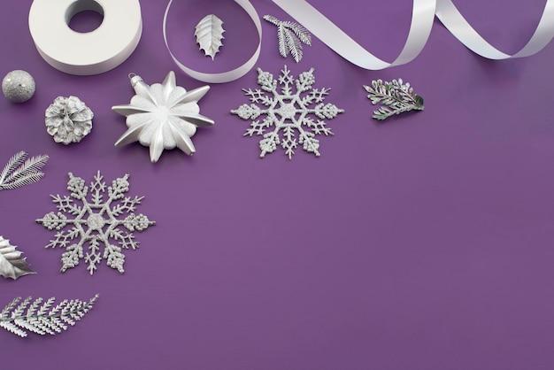 紫色の背景でクリスマスの装飾のための装飾的組成物