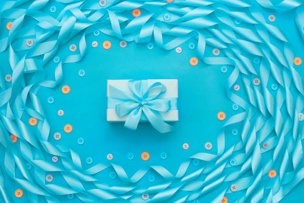 Декоративная подарочная коробка с рамкой из атласной ленты синяя