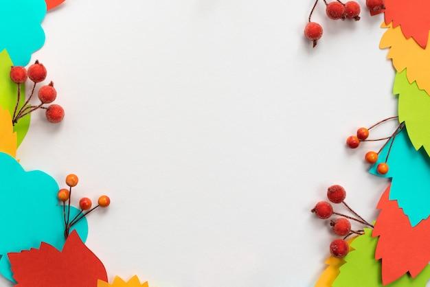 Осенняя композиция рамка из бумаги цветные листья ветки ягоды