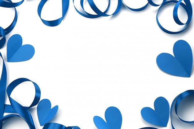 フレームの背景のサテンリボンブルー。白い背景の上の装飾のための装飾的な要素