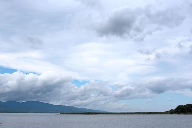 Красивое небо морского пейзажа с облаками.