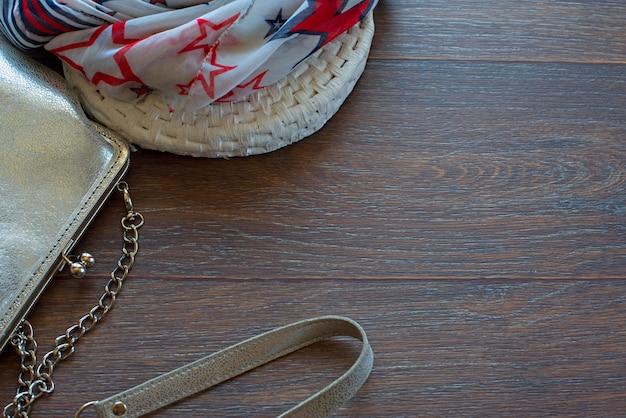 女性と木製の暗い背景に軽量のショールのためのハンドバッグ。