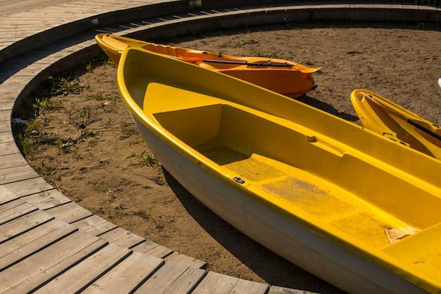 砂の上のビーチでボートします。