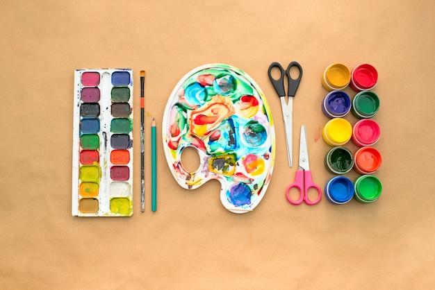 創造性と描画趣味のための材料のセット。