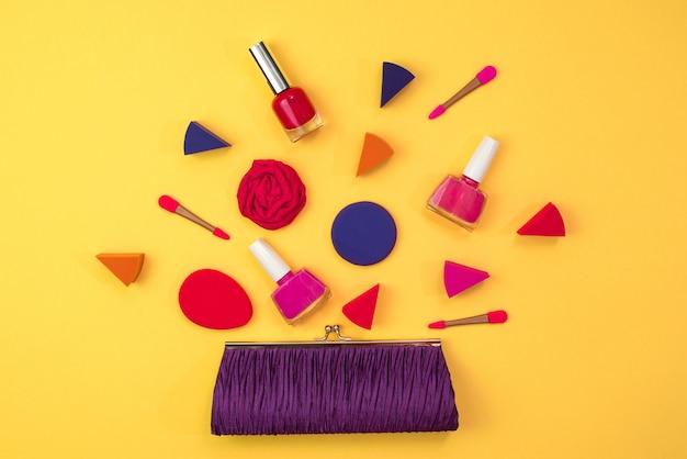 女性のアクセサリーの化粧は財布です黄色の背景に赤いハート