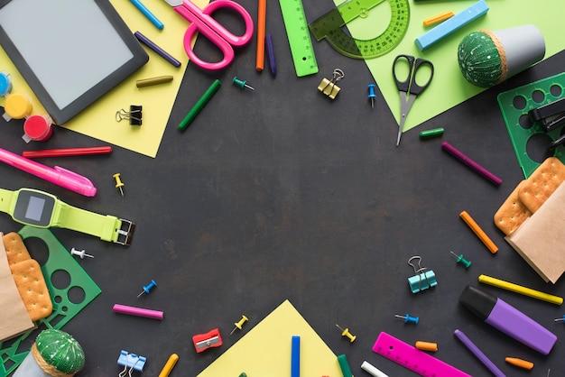 学校に戻るコンセプトは、黒い背景にチョークラインクッキー文房具を見る。