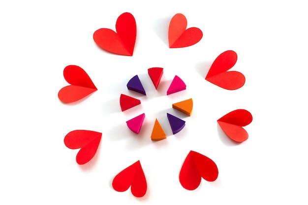 バレンタインデーの白い背景の概念に分離された赤いハート化粧スポンジのセット
