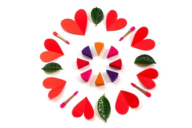 Набор красных сердец макияж губки, изолированных на белом фоне концепции дня святого валентина