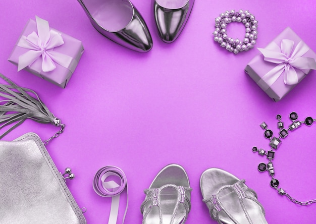 女性のアクセサリージュエリーハンドバッグの靴フラットフラットの紫色の平面図を調色