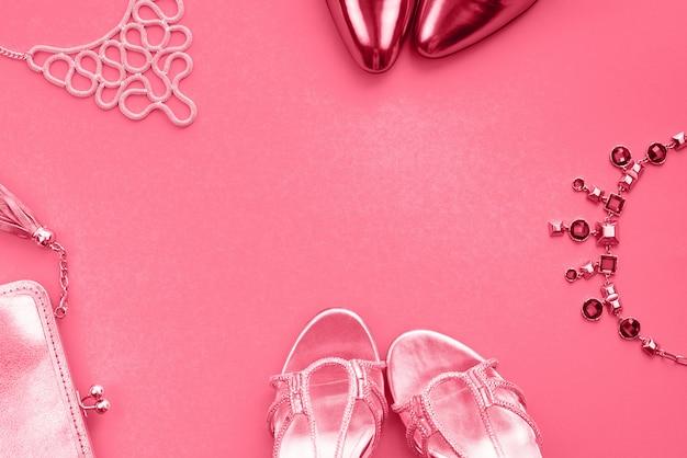女性のアクセサリージュエリーハンドバッグ靴フラットサンゴのサンゴの上面図