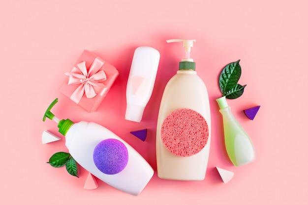 サンゴの背景に体のための化粧品のセット。