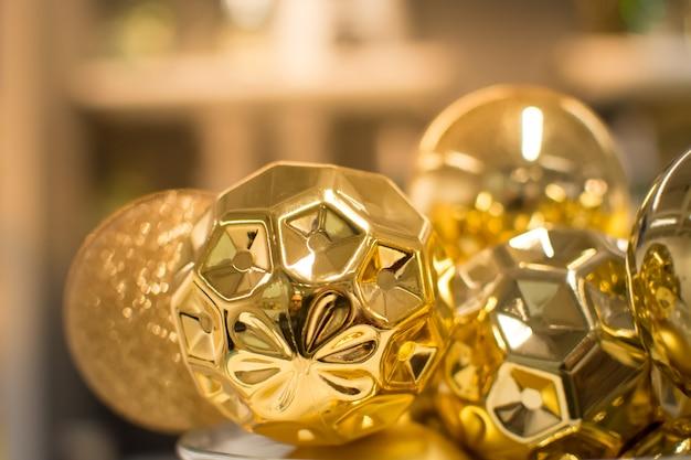 背景をぼかした写真、クローズアップビューと黄金のクリスマスの装飾