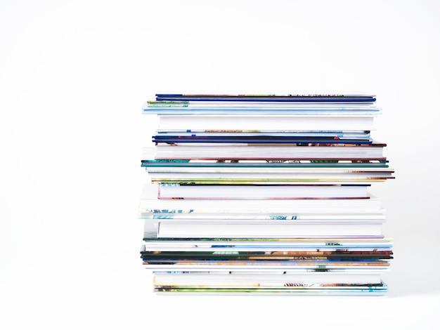 Стог книг детей на белой предпосылке.