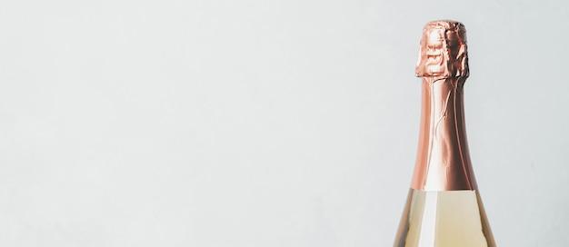 白い背景の上の密封されたシャンパンボトル