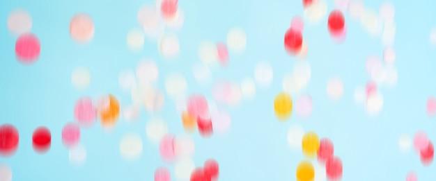 飛んで動く明るい紙吹雪。お祝いパーティーのモックアップ。コピースペースを持つ長い広いバナー。