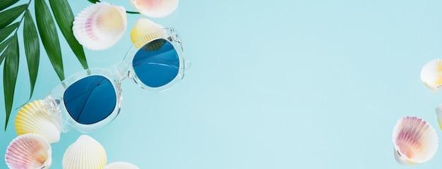 夏のクリエイティブコンセプト。透明なサングラスとミニマルスタイル