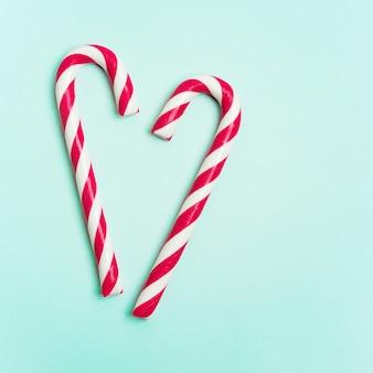 ハート型にレイアウトされたキャンディー杖とクリスマスレイアウト