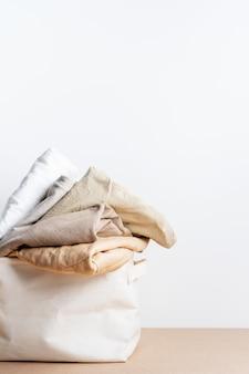 洗濯かごの中のきれいな服。